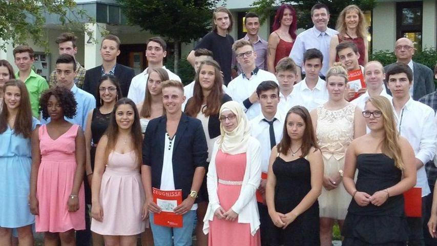 Die Mittelschule Rednitzhembach hat im Juli 2015 die Verabschiedung ihrer Absolventen gefeiert. Erstmals fand die Veranstaltung nicht in der Schulaula, sondern im Saal des Gemeindezentrums statt. Nach dem Abschlussfoto wurde das reichhaltige Büfett eröffnet.