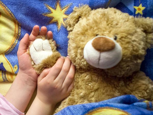 Wenn Teddy und Besitzer oder Besitzerin müde werden, fängt für manche Eltern die Schicht erst an.