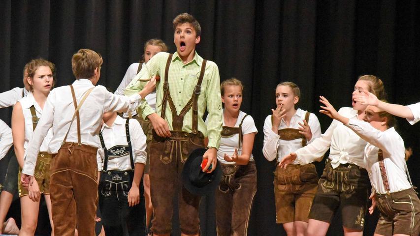 """""""Wir wollten spielen."""" So beschreibt die Theatergruppe des Carl-Orff-Gymnasium  in Unterschleißheim ihre Motivation. Für die Bayerischen Schülertheatertage in  Schwabach, die das Adam-Kraft-Gymnasium organisiert, haben sie einen Klassiker  neu betrachtet, seine literarischen Darstellungsformen verschiedener Epochen  gemischt und eine eigene Theaterform entwickelt:"""