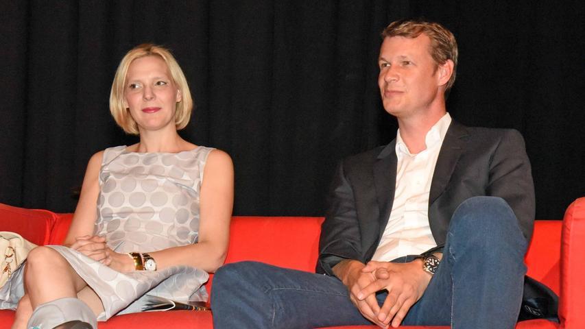... saß auf einem roten Sofa neben dem zweiten Schirmherrn Oberbürgermeister  Matthias Thürauf.