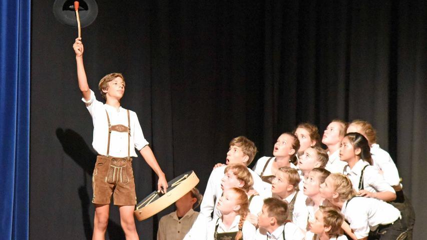 Für die Inszenierung verwendeten sie Szenen von Schiller, bereicherte sie mit  Ideen von Max Frisch und mischten eigene Gedanken darunter. Originelle  choreographische Arrangements, alpenländisches Outfit und viel Komik ließen  einen sehr unterhaltsamen Theaterabend entstehen.