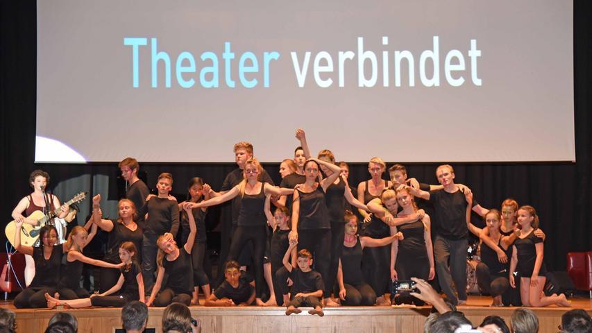 Zum Auftakt der 59. Theatertage der bayerischen Gymnasien durften alle Gruppen  Szenen aus ihren Stücken zeigen. Hier war auch das Theaterensemble des  Adam-Kraft-Gymnasiums dabei, das ansonsten mit der Organisation der Theatertage  alle Hände voll zu tun hat.
