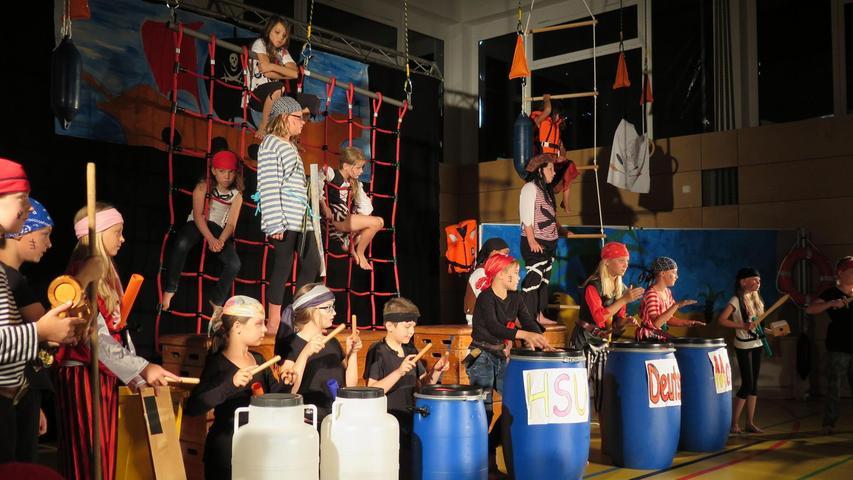 """Beim Schulfest der Grundschule Rohr in Regelsbach haben die Schüler und Lehrkräfte bewiesen, dass sie auch im kreativen Bereich einiges drauf haben. """"Wir sind Piraten"""" hieß das Theaterstück, das die Kinder im Juli 2015 in der Sporthalle ihren Eltern, Großeltern und Geschwistern vorspielten. Die verschiedenen Szenen auf dem Piratenschiff stellten die Grundschulzeit und die damit verbundene Wissensvermittlung dar."""