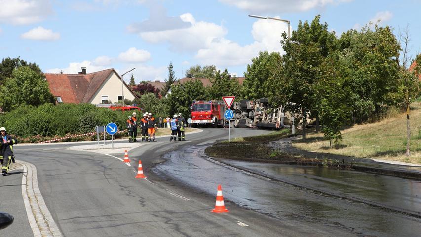 Am Donnerstag (30.07.2015) kam es in Weihenzell (Landkreis Ansbach) zu einem  Verkehrsunfall. Ein mit Gülle beladener Lastwagen kippte im Kreisverkehr,  zwischen der Aeußeren Ansbacher Strasse und der Ansbacher Strasse, um. Der LKW,  der aus dem Landkreis Weißenburg/Gunzenhausen stammte, verlore seine komplette  Ladung der fluessigen Masse. Diese floss in den nahegelegen Fluss Wernsbach.  Das Wasserwirtschaftsamt wurde ebenfalls alarmiert. Der Fahrer blieb  unverletzt. Foto: News5 / Haag