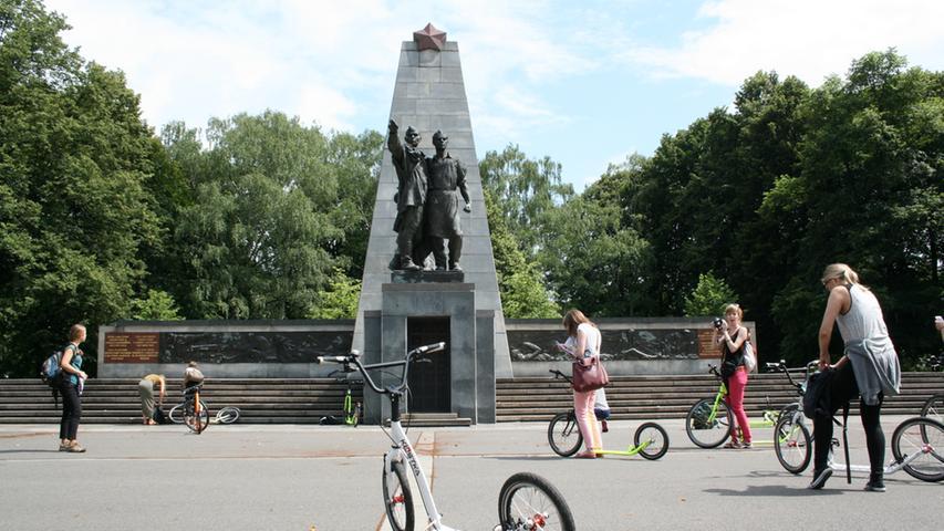 Die Stadtrundfahrt per Tretroller zeigt die grüne Seite Ostraus. Und auch diese Erinnerungen an die Geschichte gehören dazu: Ein Denkmal für die Opfer des Zweiten Weltkriegs, zu dem...