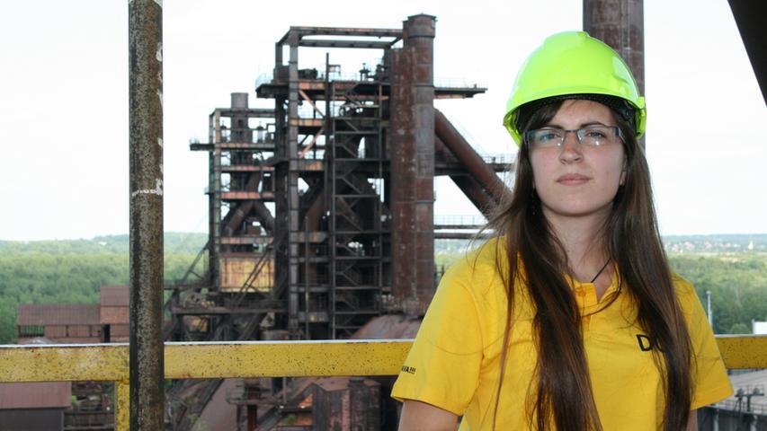 Englisch-und Spanisch-Studentin Ivana Karaskova (22) verdient sich ein paar Kronen dazu, in dem sie Touristen die Stahlproduktion erklärt.
