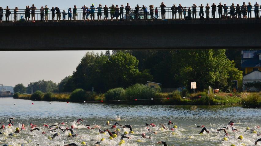 Der 26. Erlanger Triathlon ist ein schönr Erfolg gewesen für Sportler und  Veranstalter. Beim Schwimmstart schäumte das Wasser regelrecht..Foto:  Klaus-Dieter Schreiter.