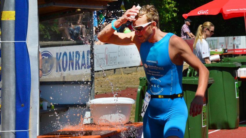 Der 26. Erlanger Triathlon ist ein schönr Erfolg gewesen für Sportler und  Veranstalter. Erfrischung.Foto: Klaus-Dieter Schreiter.