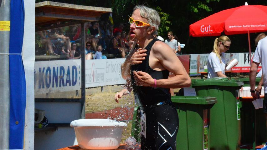 Der 26. Erlanger Triathlon ist ein schönr Erfolg gewesen für Sportler und  Veranstalter. Erfrischung..Foto: Klaus-Dieter Schreiter.