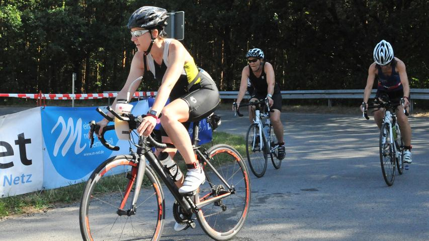 Der 26. Erlanger Triathlon ist ein schönr Erfolg gewesen für Sportler und  Veranstalter. Nach dem Schwimmen ging es aufs Fahrrad..Foto: Klaus-Dieter  Schreiter.