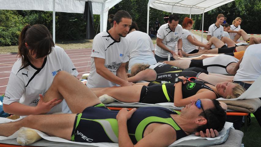 Der 26. Erlanger Triathlon ist ein schönr Erfolg gewesen für Sportler und  Veranstalter. Massage.Foto: Klaus-Dieter Schreiter.