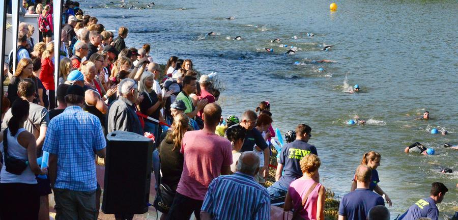 Der 26. Erlanger Triathlon ist ein schönr Erfolg gewesen für Sportler und  Veranstalter. Das THW half den Schwimmern aus dem Wasser..Foto: Klaus-Dieter  Schreiter.