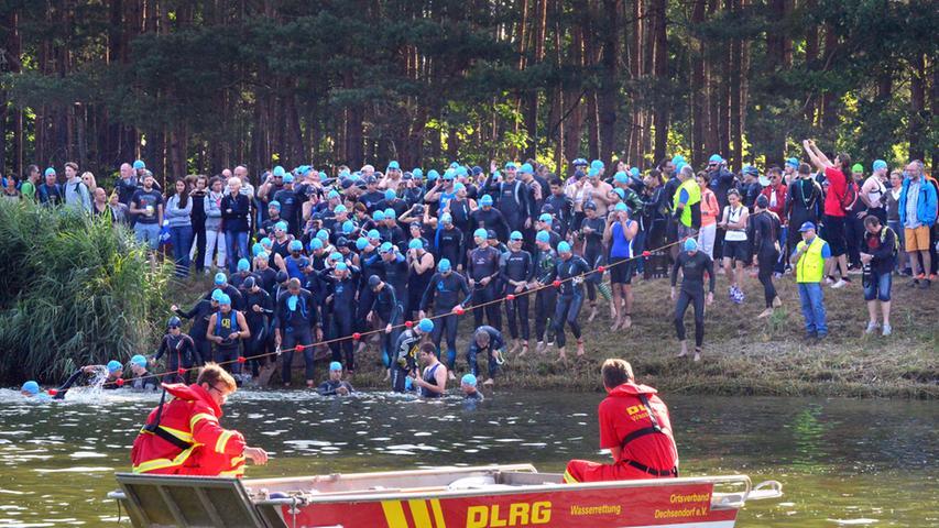 Der 26. Erlanger Triathlon ist ein schönr Erfolg gewesen für Sportler und  Veranstalter. Hier drängen alle wie die Lemminge ins Wasser für den  Schwimmstart. .Foto: Klaus-Dieter Schreiter.