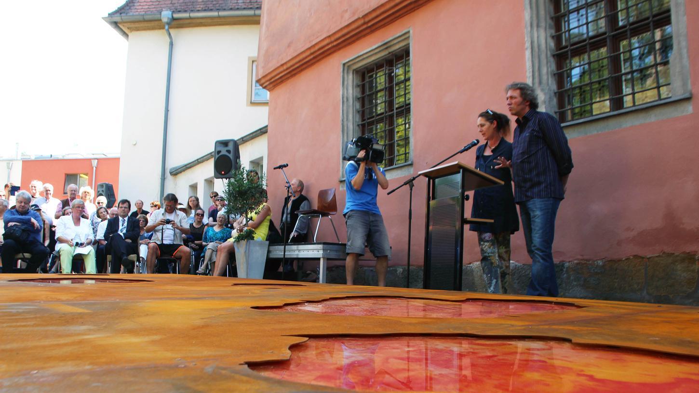 Auf der Rückseite des Schloss Geyerswörth erinnert eine Skulptur an die Hexenverfolgung. Das Künstlerpaar Miriam Giessler und Hubert Sandmann stellt das Hexenmahnmal vor.