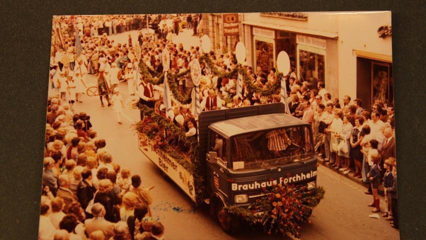 """rauhaus Forchheim historische Aufnahme.Jedes Jahr um den 26. Juli steht der  Kellerwald in Forchheim im Blickpunkt fränkischer Geselligkeit. Das Annafest  wird seit 1840 hier gefeiert und wird heuer tatsächlich schon 175 Jahre alt!  Die Sonderausstellung """"Beten, Bier und Büchsenknall"""" im Pfalzmuseum Forchheim  (Donnerstag, 23.07. bis Sonntag, 30.08.2015, Dienstag bis Sonntag 10:00 – 17:00  Uhr) ist ein """"Museum auf Zeit"""", das der Geschichte eines der schönsten  Volksfeste in Franken nachspürt: Dokumente, Fotografien, Handwerksgeräte,  Skulpturen, Gemälde, Waffen und Schießscheiben zeichnen ein Bild von der  Anna-verehrung, der Wallfahrt, vom Brauerei- und Schützenwesen und den  Schaustellern. .."""
