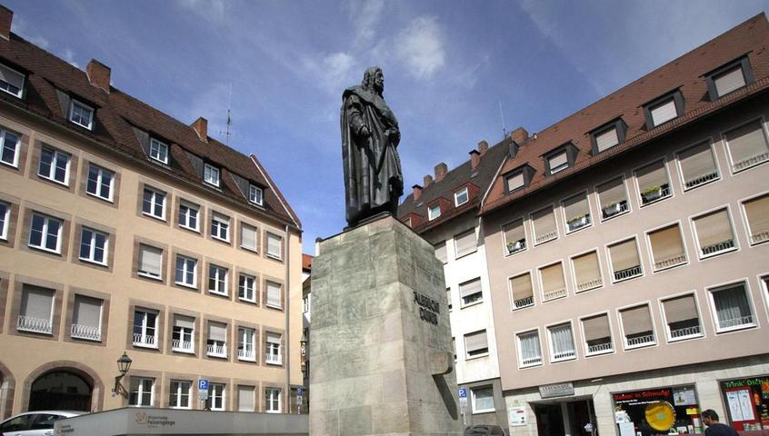 Aus Mangel an Sitzgelegenheiten müssen die Stufen des Albrecht-Dürer-Denkmals herhalten. Trotzdem dient der Platz im Schatten der Sebalduskirche als Treffpunkt: Läden, Bars oder Diskotheken liegen nicht weit entfernt. Mehr über diesen Platz erfahren Sie hier.