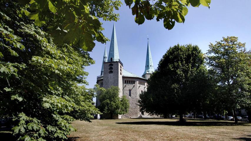 Die Reformations-Gedächtnis-Kirche beherbergt die evangelische-lutherische Gemeinde Maxfeld und ist das Aushängeschild des Platzes. Die Wiese leidet sichtbar unter den hohen Temperaturen. Mehr über diesen Platz erfahren Sie hier.