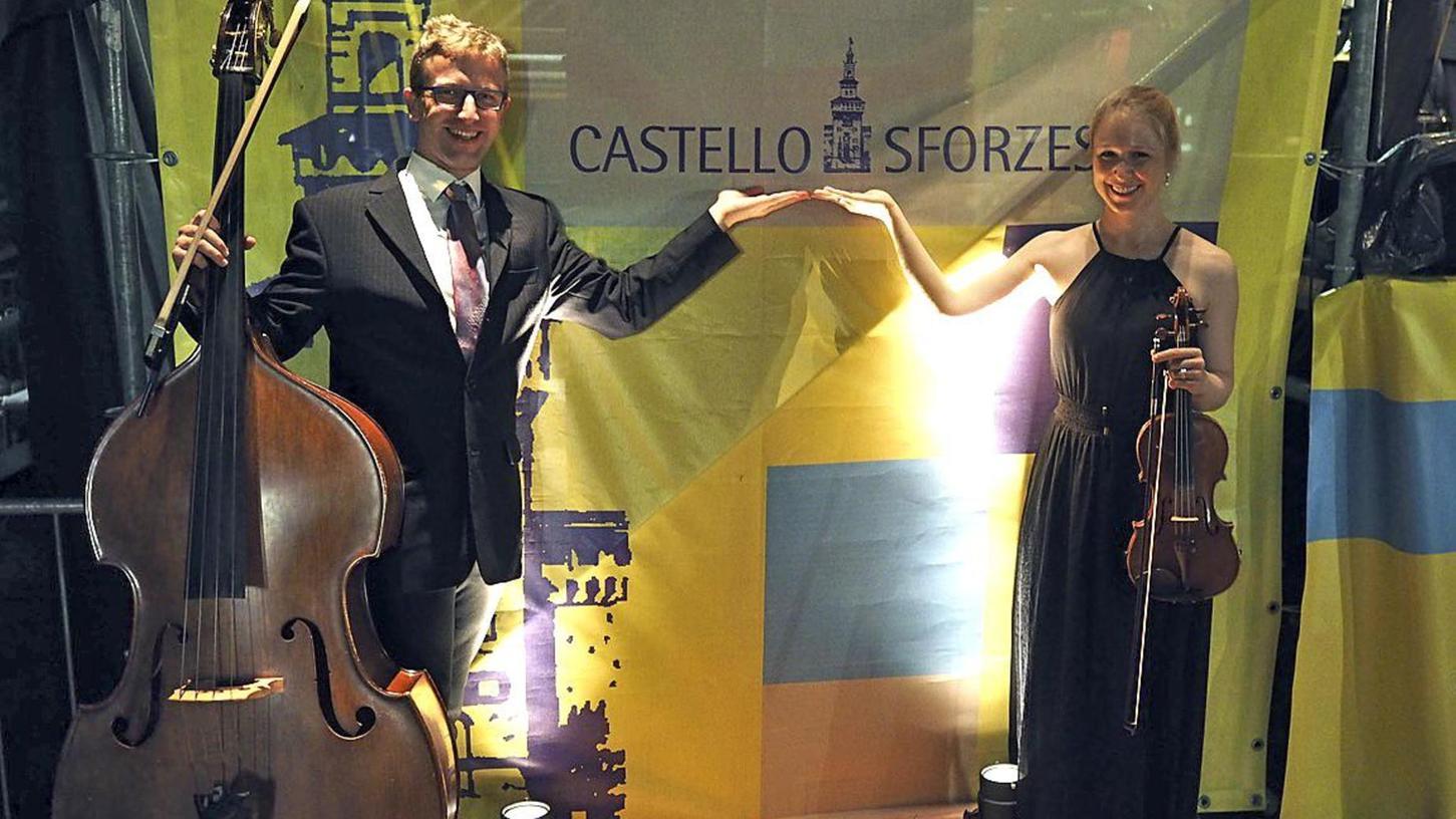 """Peter Fröhlich mit seinem Kontrabass und Katharina Fröhlich mit ihrer Violine waren Teil von """"MünchenKlang"""", ein 2013 gegründetes Non-Profit-Orchester, das im Castello Sforzesco zur Expo in Mailand auftrat."""