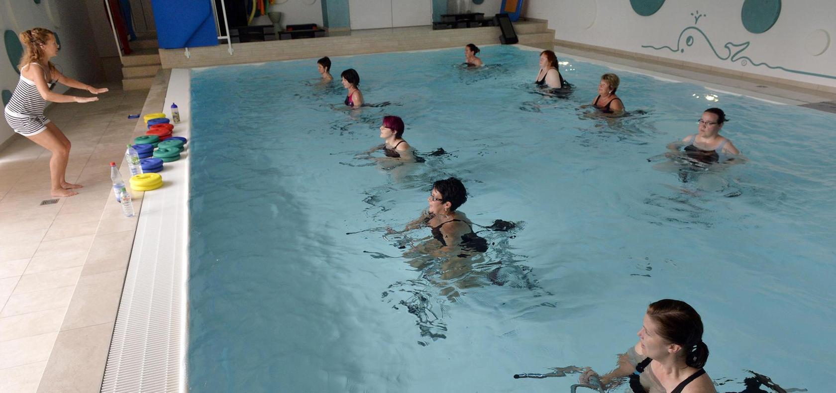 Strampeln im Wasser: Beim Aquacycling in Erlangen werden nicht nur die Beine trainiert, sondern auch Übungen für die Arme und den Rücken gemacht. Die Trainerin gibt den Takt vor.