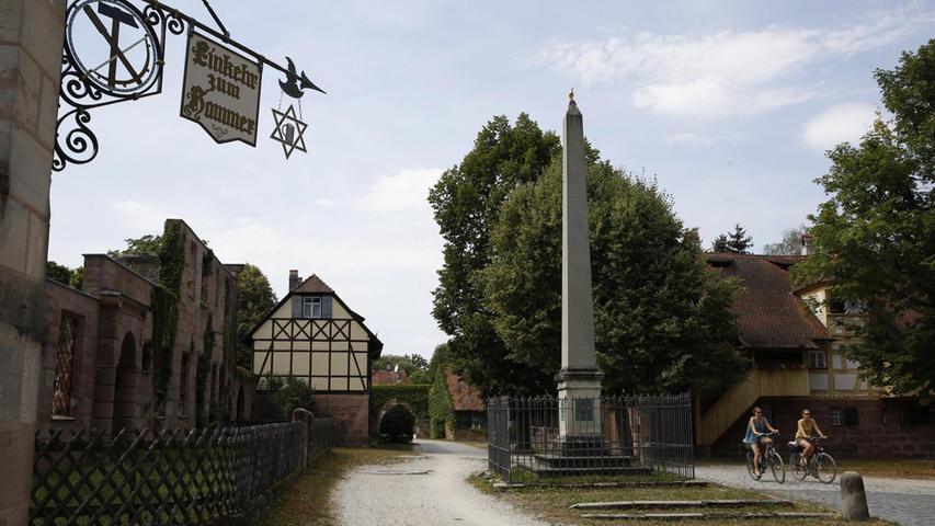 Der Obelisk bildet das Zentrum des Christoph-Carl-Platzes. Die Häuser der Fabrikarbeiter wurden kreisförmig um ihn errichtet. Einige sind inzwischen wieder bewohnt. Mehr über diesen Platz erfahren Sie hier.
