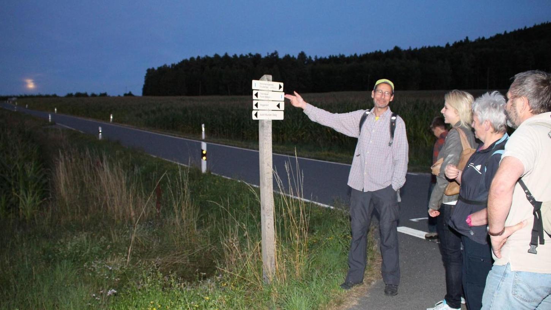 Noch ist es nicht ganz dunkel: Guide Robert Stein zeigt den Wanderern, wohin die Tour hoch über Muggendorf geht.