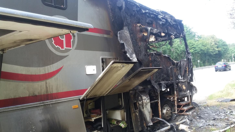 Das Wrack des am 19. Juli ausgebrannten Wohnmobils in der Regensburger Straße muss jetzt laut Polizei entfernt werden.