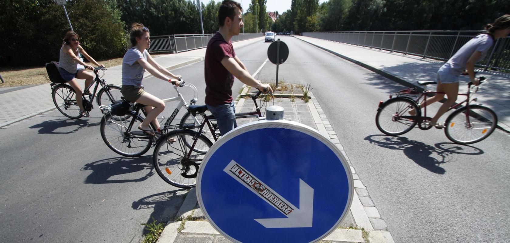 Einer der Gefahrenpunkte für Radfahrer, bei dem die o Verkehrsplaner neue Wege gehen wollen: Die Flußstraße im Osten des Pegnitztals.