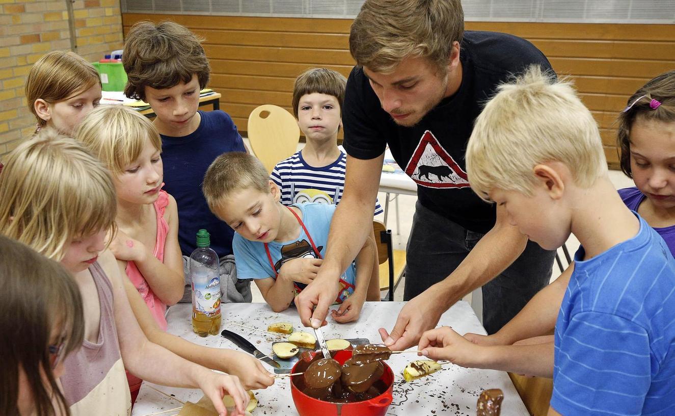 Im Kinderferienprogramm haben Jungen und Mädchen leckere Pralinen hergestellt.