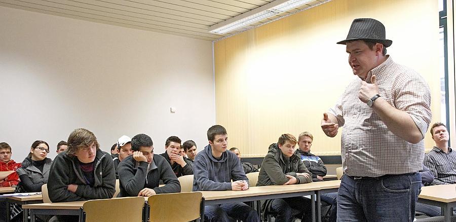 Immer wachsam sein, immer den Kopf einschalten: Das sind die Botschaften, die der Aussteiger aus der rechten Szene, Manuel Bauer, den Schülern der Berufsschule auf den Weg geben will.