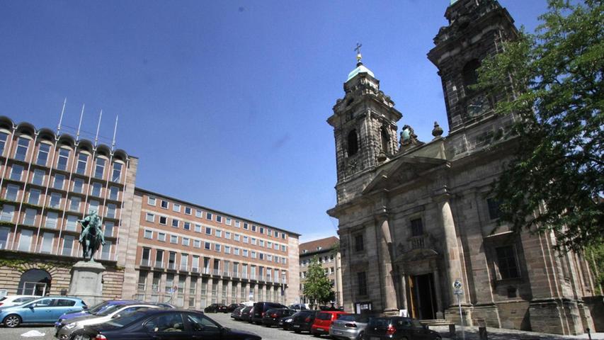 Der Platz und die Kirche tragen den Namen des früher hier beheimateten Egidienklosters, benannt nach dem heiligen Ägidius von St. Gille. Die Kirche ist die einzige Barockkirche Nürnbergs und steht seit 1718 in dieser Form. Mehr über diesen Platz erfahren Sie hier.