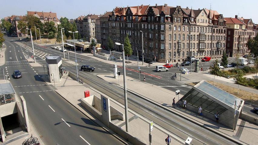 Der Friedrich-Ebert-Platz ist ein großer Verkehrsknotenpunkt in der Nürnberger Nordstadt. 2011 wurde die U-Bahn-Station eröffnet, die Umgestaltung des Platzes stieß nicht bei allen Bürgern auf Zuspruch. Mehr über diesen Platz erfahren Sie hier.