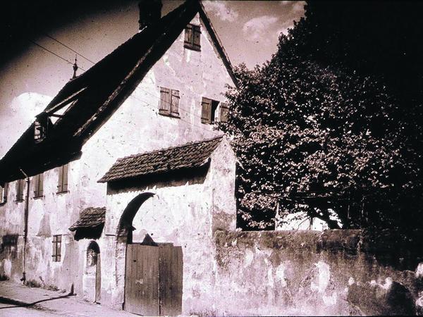 Der Praunsche Herrensitz in der Irrhainstraße wurde 1943 bis auf das Tor zerstört.