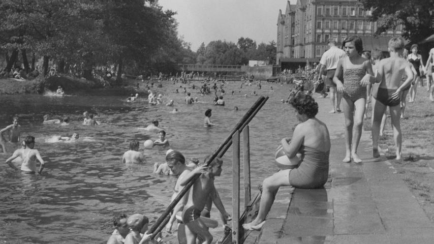 Das Bild aus den 50er Jahren zeigt, dass neben dem neuen Scherbsgrabenbad der Fluss weiterhin seine Freunde hatte.