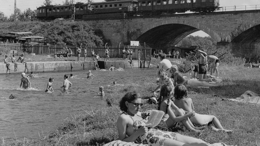 An der Fürther Riviera 1950: Die Flussufer waren das sommerliche Belagerungsziel. Das Flussbad - unterteilt in ein (kostenpflichtiges) Zahlbad und ein (kostenfreies) Freibad - an der Rednitz bestand von 1906 bis 1968.