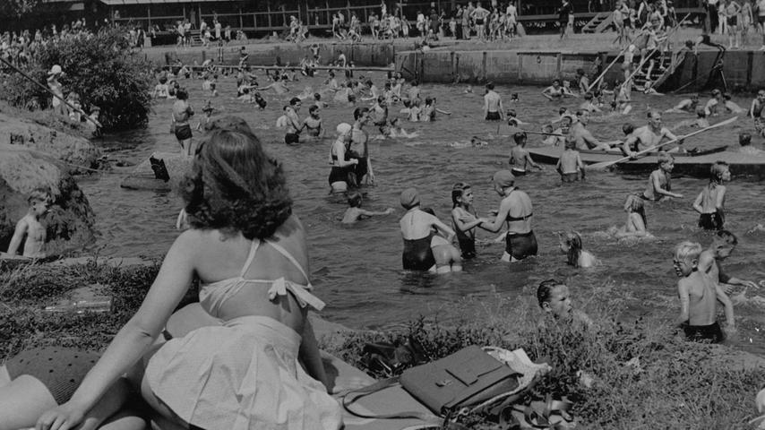 Mensch ohne Raum - die überfüllte Badewanne, ein Motiv aus den 50er Jahren.