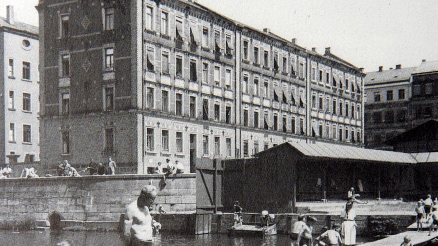 Historische Aufnahme vom Fürther Flussbad. Im Hintergrund die markanten Kißkaltschen Häuser.