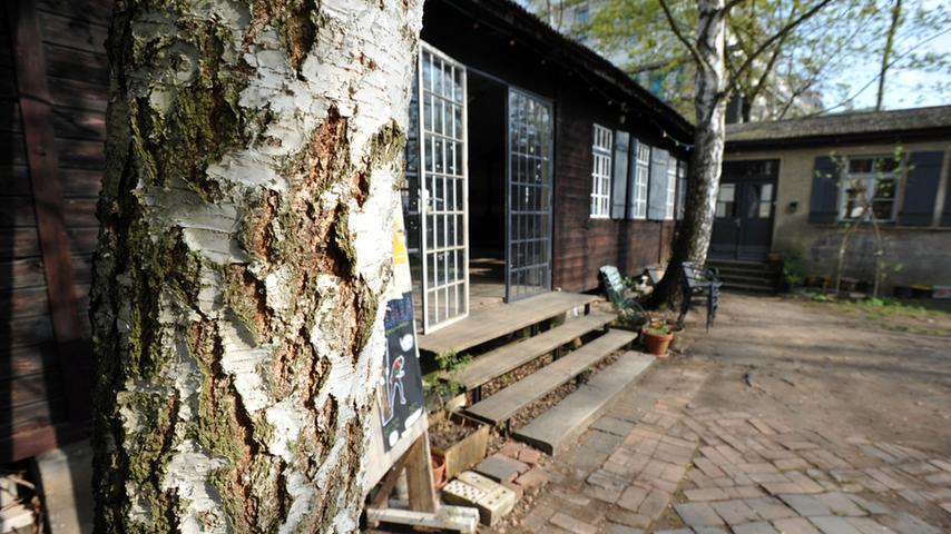 Mehrere Künstler haben im Kulturort ihre Ateliers. Im Garten aber können die Gäste des Cafés die Nähe zum Fluss genießen.