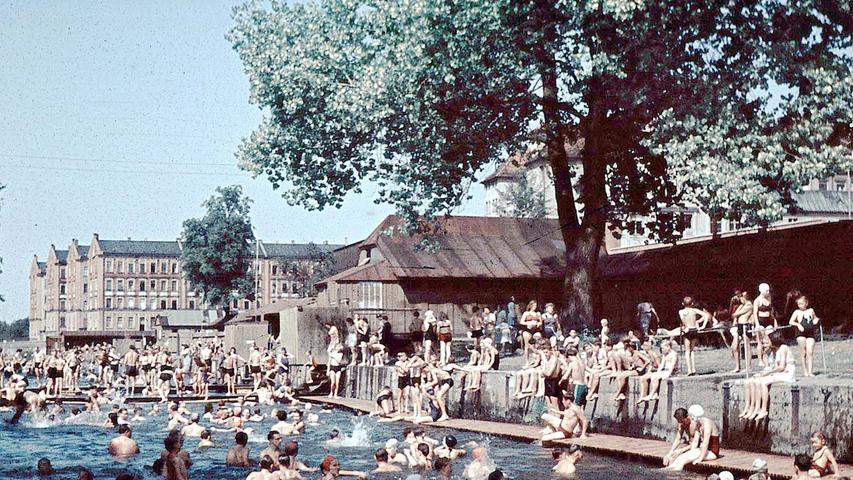 Das alte Flussbad in Farbe.