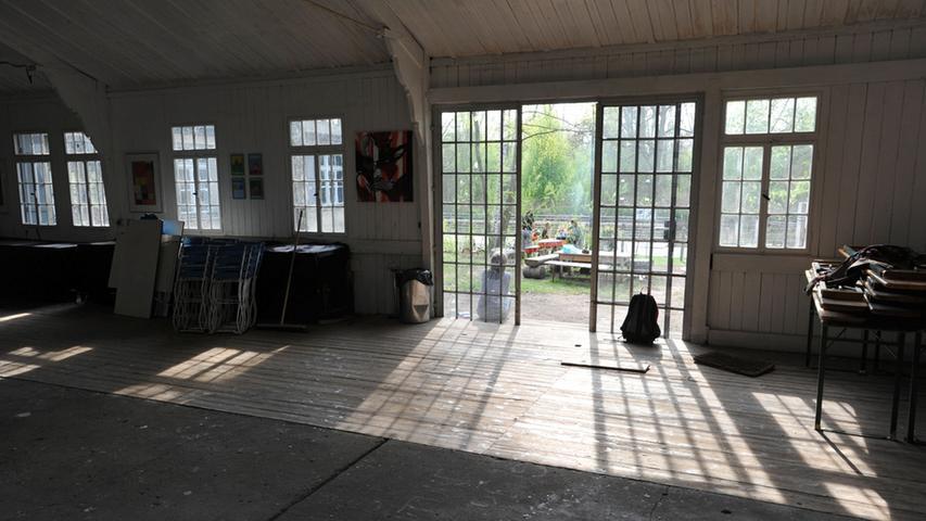 Blick aus der Halle des Kulturorts ins Freie.