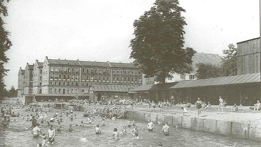 Das Flussbad an der Rednitz mit Umkleidekabinen, im Hintergrund die Kißkaltschen Häuser. Die Fotografie entstand 1950.