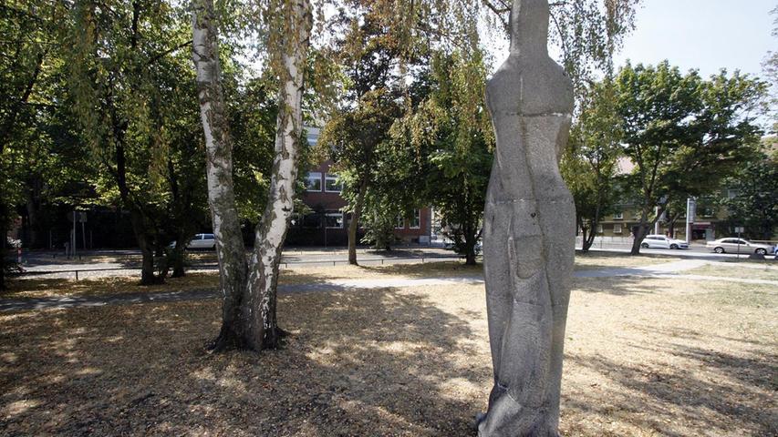 Die Steinskulptur stellt die Magd Sigena dar. Sie ist eng mit Nürnbergs Geschichte verknüpft und gab der Schule ihren Namen. Mehr über diesen Platz erfahren Sie hier.