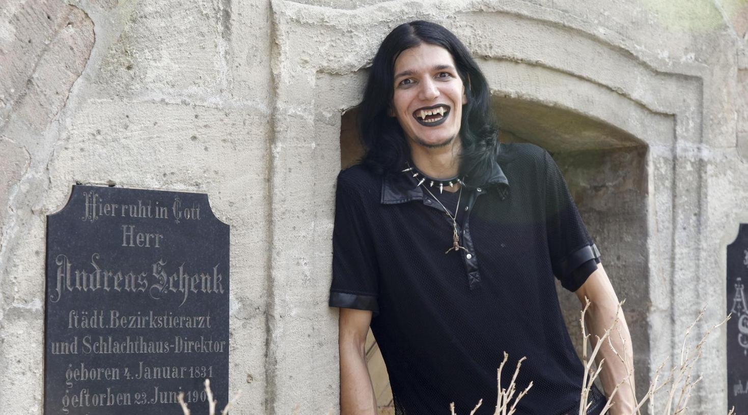 Patrick liebt die finsteren Mächte. Mit den Vampirzähnen, die ihm ein Zahnarzt extra angefertigt hat, könne man gut essen, sagt der Metzger. Auf dem Altstädter Friedhof besucht er die Gruft des früheren Schlachthaus-Direktors.