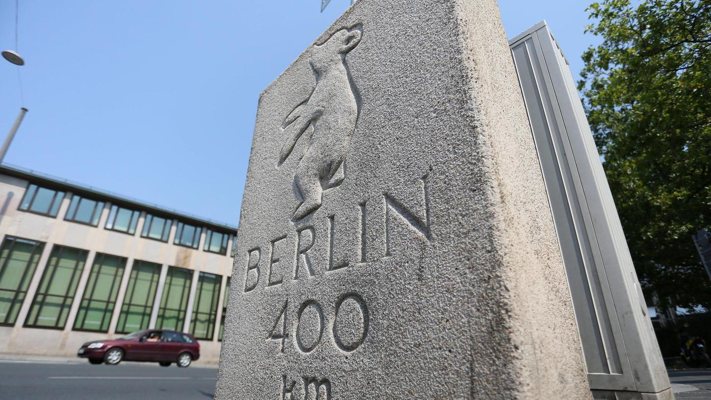 Dieser Gedenkstein am Königsplatz weist den Weg nach Berlin. Im Rahmen einer Werbekampagne für die ehemals geteilte Stadt wurde er bereits 1957 aufgestellt. Ein offizielles Denkmal ist er aber nicht.