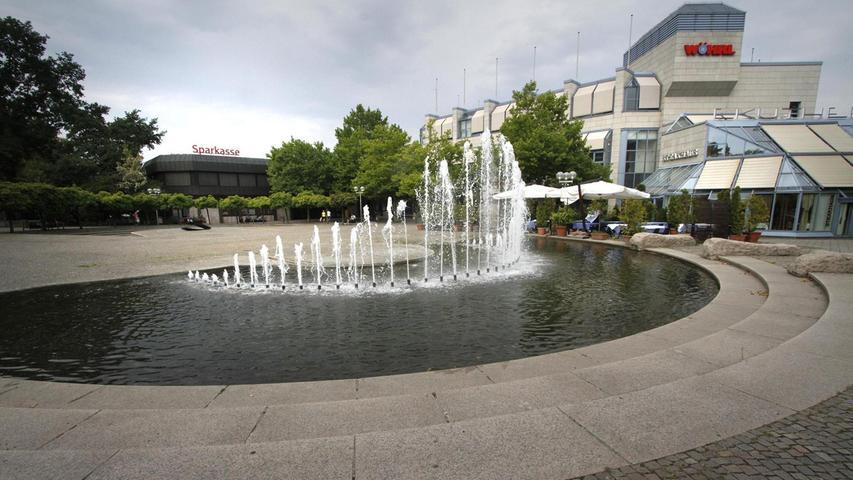 Die Brunnenorgel sorgt mit ihren rund 40 Fontänen für eine kühle Brise. Im Hintergrund thront das Franken-Center. Mehr über diesen Platz erfahren Sie hier.