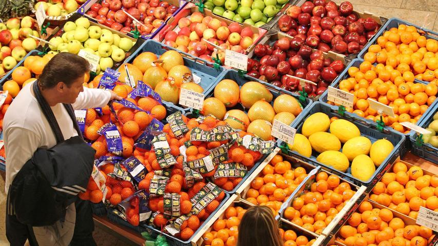 Klar, man möchte wissen, wie das Obst schmeckt. Doch Vorsicht: Beißt man im Supermarkt einfach zu, begeht man rein juristisch einen Diebstahl. Meist drücken die Geschäfte zwar ein Auge zu. Bezahlen muss man das verzehrte Lebensmittel aber, wenn das verlangt wird. Ansonsten droht eine Anzeige.