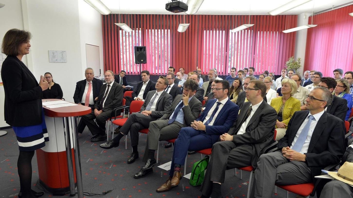 Bayerns Wirtschaftsministerin Ilse Aigner besuchte zum Abschluss des Förderprojekts eMediPlan die Firma Astrum IT in Tennenlohe.