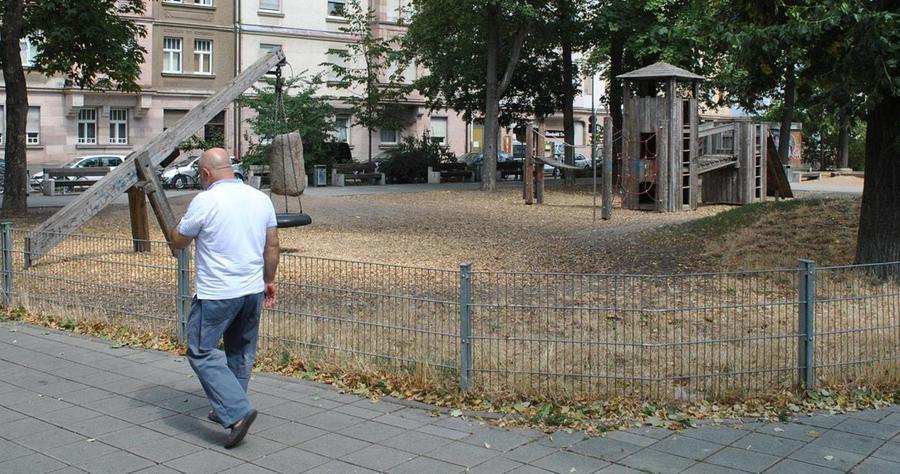 Eingezäunt: Störende Hunde müssen hier draußen bleiben. Erst im Jahr 2000 wurde der Platz saniert. Mehr über diesen Platz erfahren Sie hier.