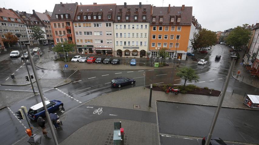 Der Innere Laufer Platz wird durch den Verkehr geteilt. Die Äußere Laufer Gasse führt in die Altstadt. Über die Beckschlagergasse gelangen die Autos stadtauswärts. Mehr über diesen Platz erfahren Sie hier.