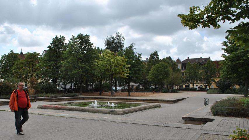 Das Wasser im Brunnen am Jamnitzerplatz ist eher grün als klar. Mehr über diesen Platz erfahren Sie hier.