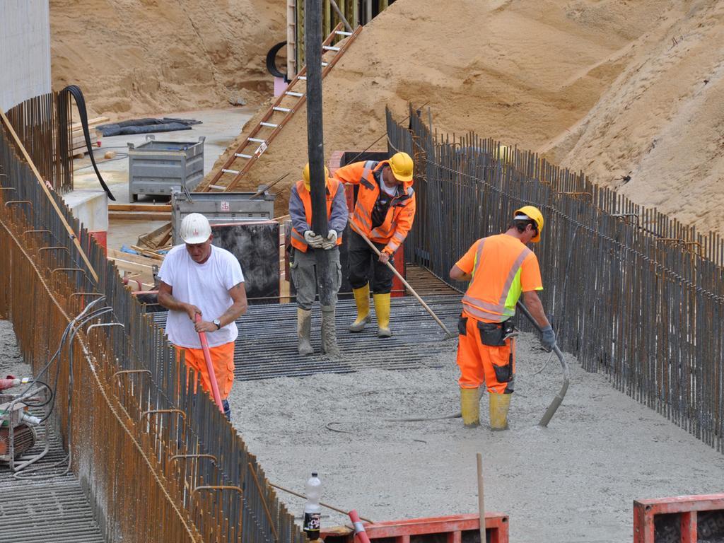Im Zuge des Ausbaus der Bundesstraße 299 bei Sengenthal wird die vor  Jahrzehnten verfüllte Schleuse 31 des Ludwigskanals wieder ausgegraben. Dort  wird auch die historische Wasserstraße wieder hergestellt. Die Schleuse soll  eines Tages wieder voll funktionsfähig sein.